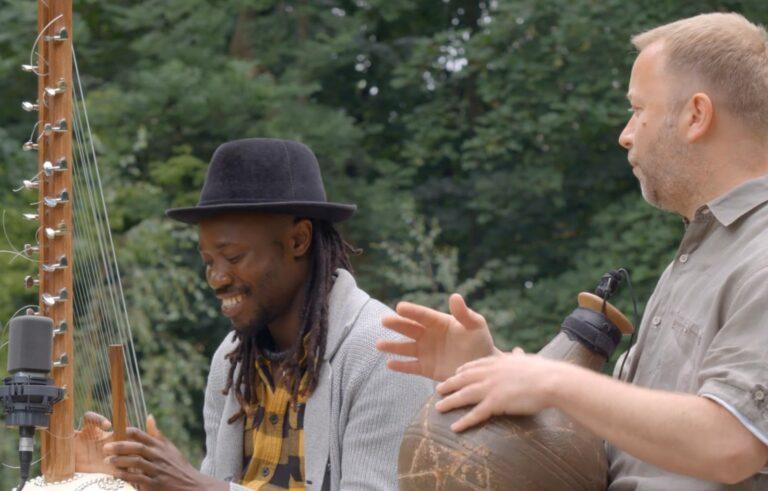 Dwóch muzyków gra na instrumentach.
