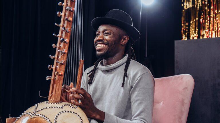 Uśmiechnięty mężczyzna gra na korze
