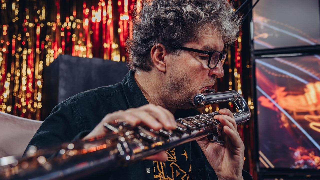 Mężczyzna gra na flecie