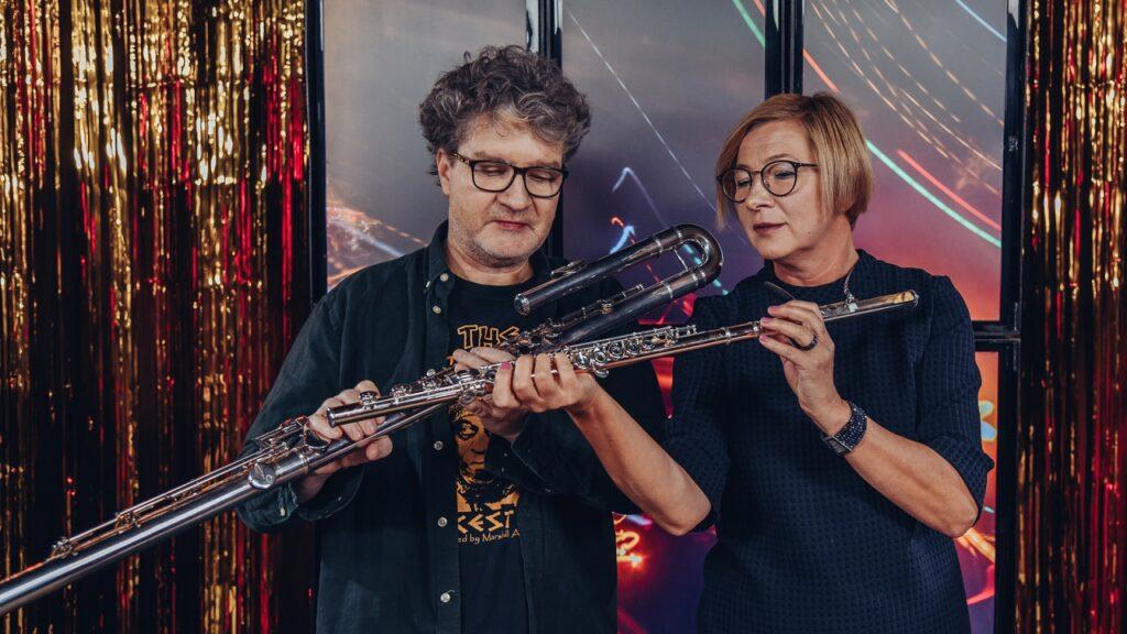 Mężczyzna i kobieta trzymają razem flet