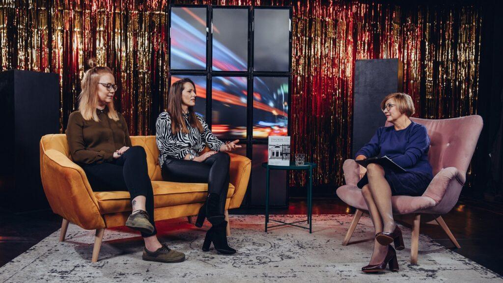 Na scenie trzy kobiety. Od lewej na kanapie Kinga i Karolina. Po prawej na fotelu prowadząca.