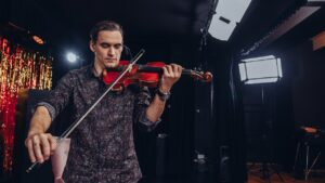Mężczyzna gra na skrzypcach.