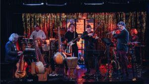 Na scenie sześcioro muzyków gra na różnych instrumentach