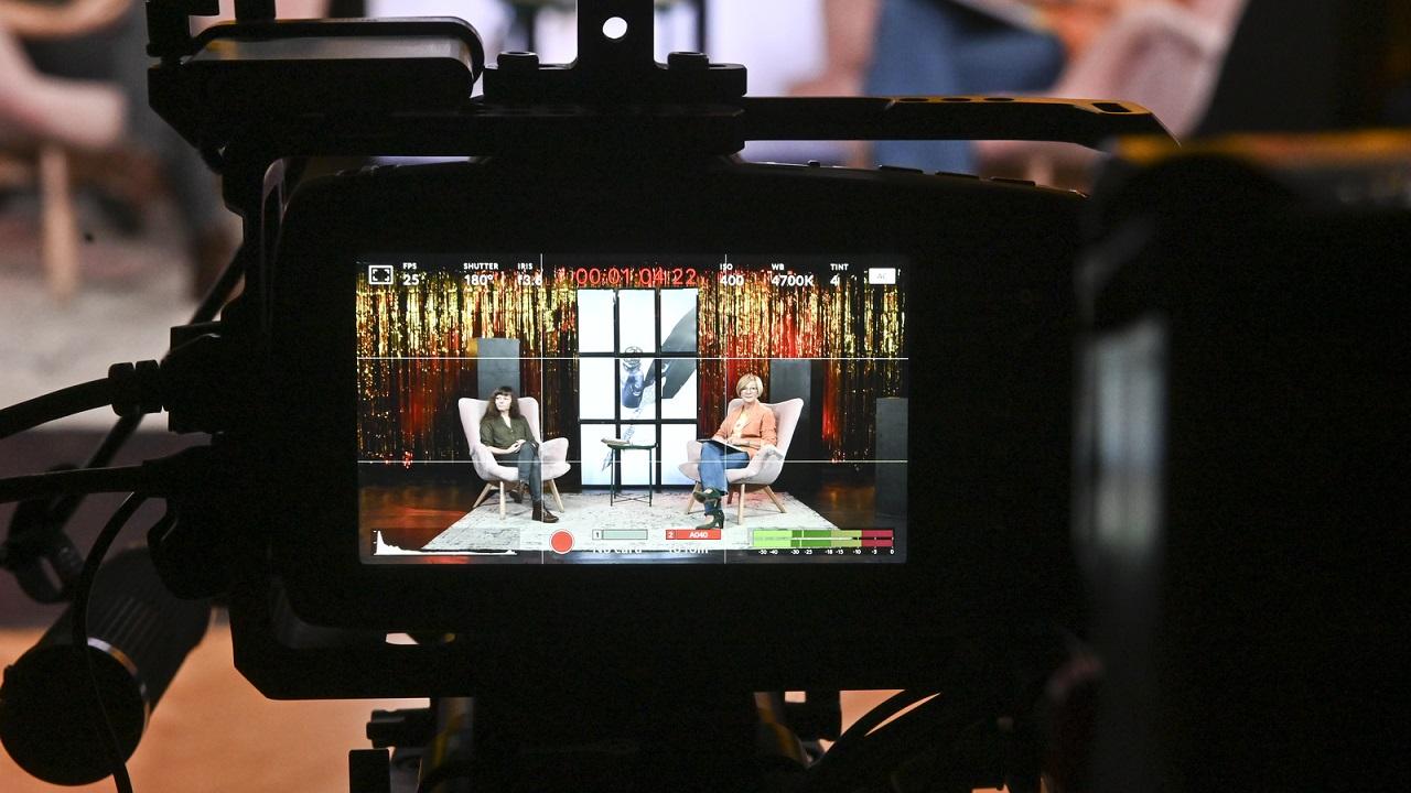 W kadrze zza kamery dwie kobiety na scenie.