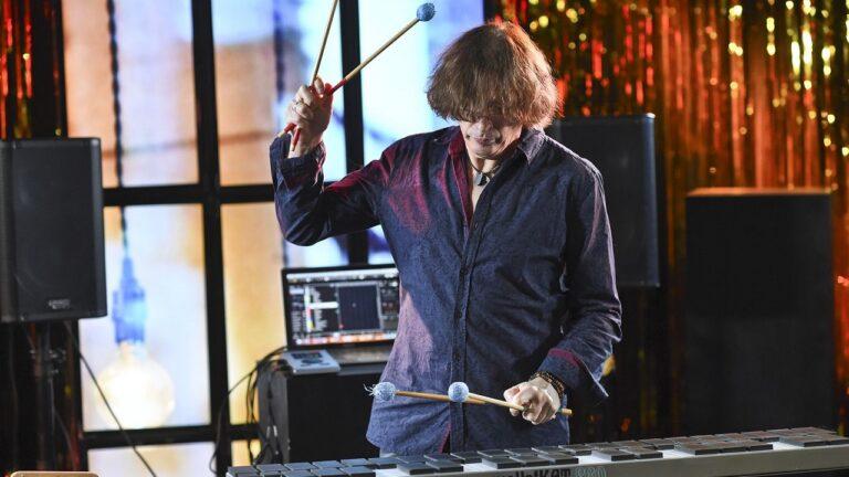 Muzyk gra na wibrafonie