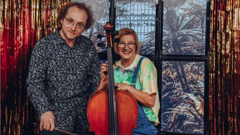 Kobieta i mężczyzna pozują uśmiechnięci do zdjęcia. Kobieta trzyma wionczelę.
