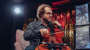 Muzyk siedząc gra na wiolonczeli