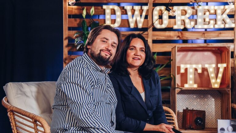 Mężczyzna i kobieta pozują uśmiechnięci do zdjęcia