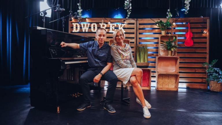 Kobieta i mężczyzna siedzą przy pianinie