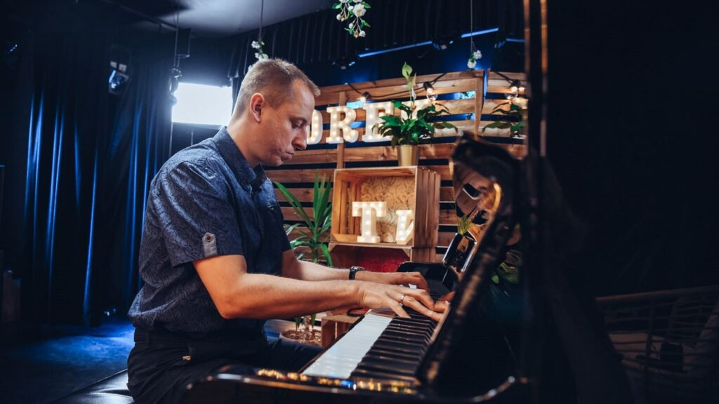 Mężczyzna gra na pianinie